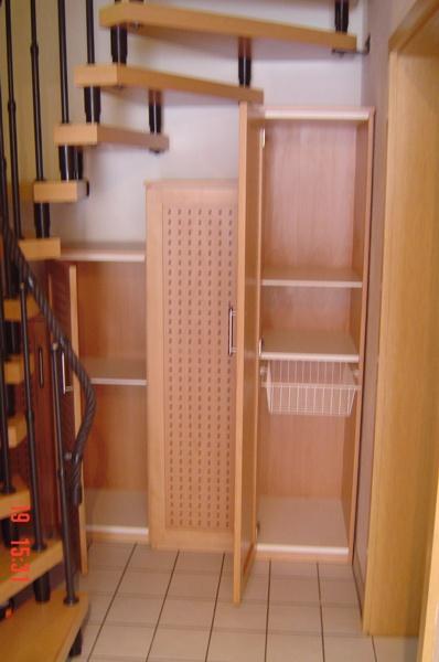 garderobe unter treppe stauraum unter der treppe nutzen. Black Bedroom Furniture Sets. Home Design Ideas